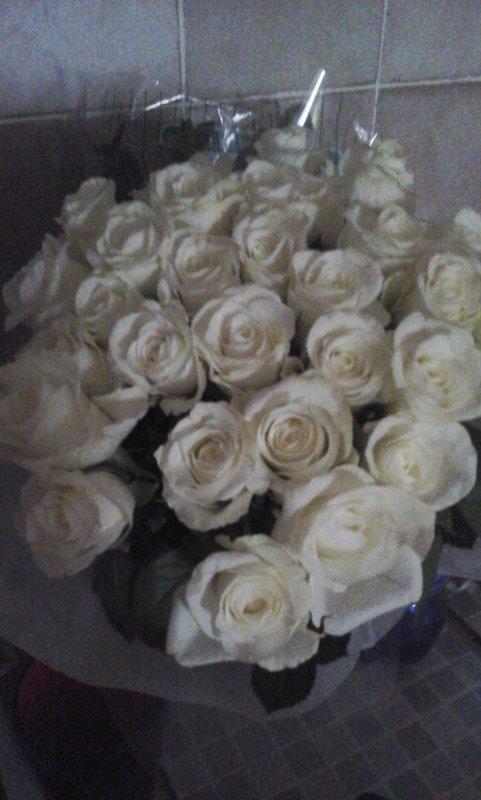 Voici de plus pres le très beau bouquet de roses blanches