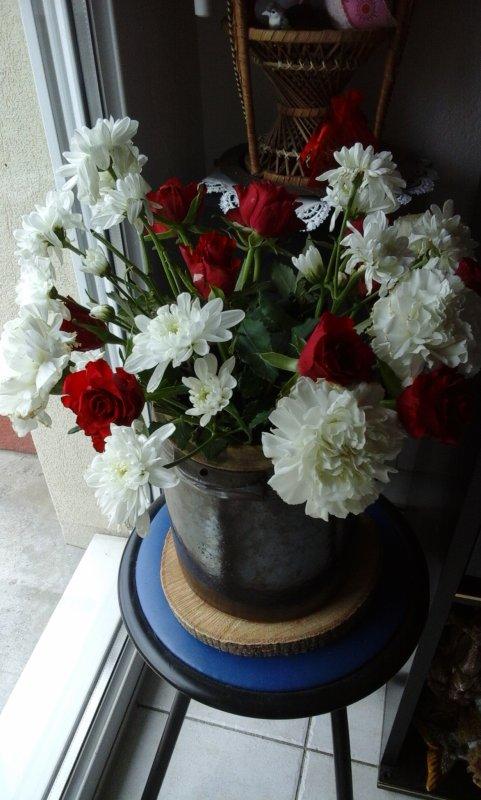 Ce joli bouquet  ( encore un pour mon anniversaire ) pour vous souhaitez une tres belle journée