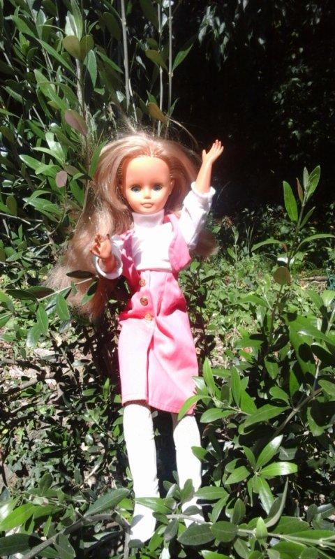 La blondinette , collants blanc......elle semble tres contente d'être dans le jardin....