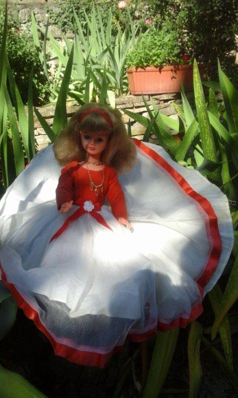"""Oups l'autre blondinette , jambes raides aussi....avec sa merveilleuse robe """" Pivoine '"""