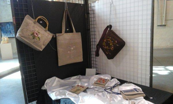 un petit tour par ici....oh les beaux sacs réalisés à la main et brodés...il y a des artistes vraiment de grands talents