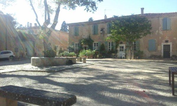 une belle invitation pleine de fraîcheur auprès de la fontaine à Villeneuvette, Hérault.