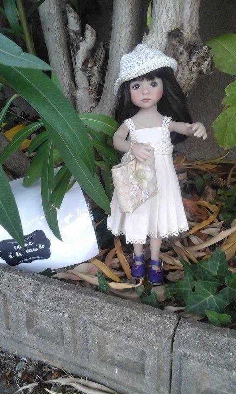 """Cora porte une jolie tenue """" crème à la vanille """""""