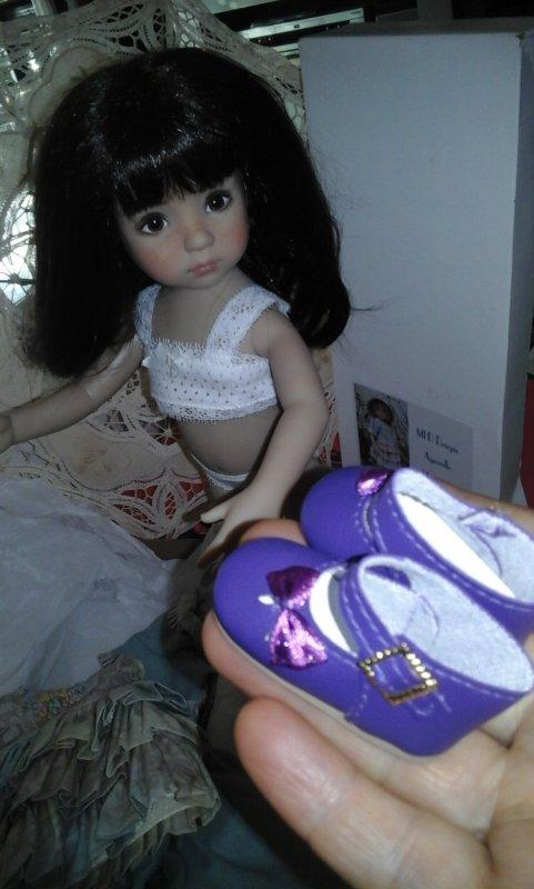 """""""Tiens ma puce , les chaussures qui iront bien avec ta tenue.....""""  Cora est aux anges....la suite demain,  si vous le voulez bien....."""
