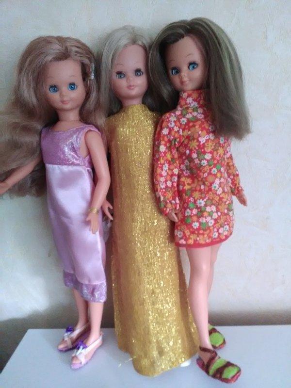 Avec mes deux soeurettes , jamais trois sans quatres....mais maman-Lys ne retrouve pas notre quatrième soeur ....à noter que celle en robe jaune à ses cheveux d 'origine