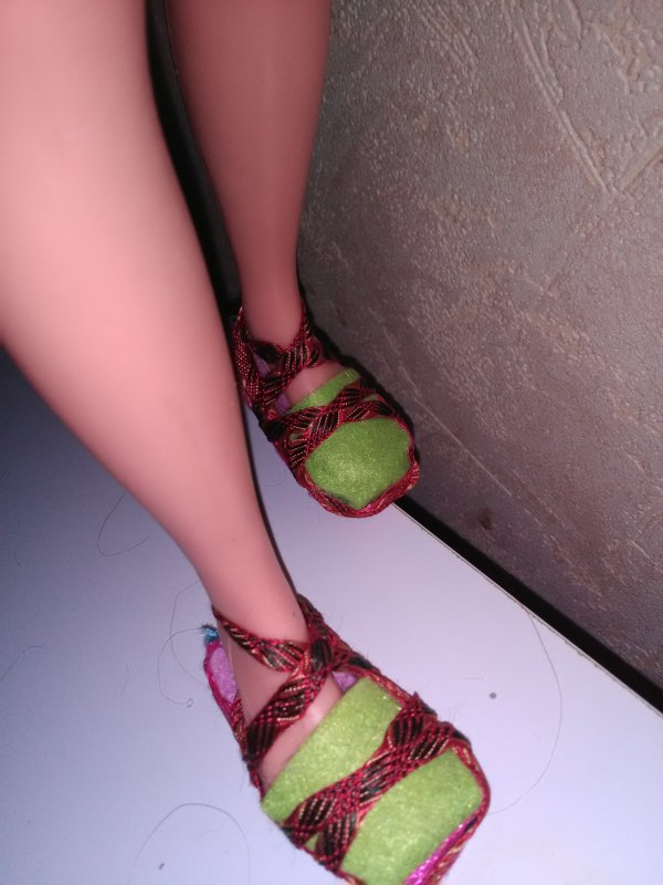 Nous les Many avons des grands pieds....maman m 'à réalisé ces espadrilles en feutrine et ruban...