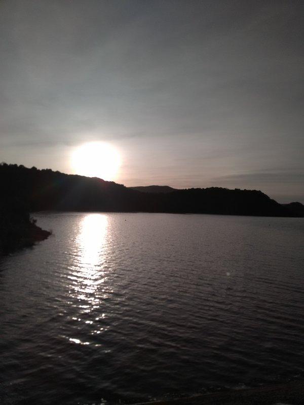 Ah voilà..... Elles admirent le beau coucher du soleil depuis le barrage des Olivettes en direction du majestueux Lac du Salagou....( Hérault )