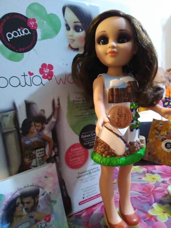 Patia dont sa robe est dessinee et peinte a la main , est accompagnée d un CD du chanteur Antonio José qui lui dedie une chanson et une toute petite enveloppe de graines de fleurs à planter....que du bonheur