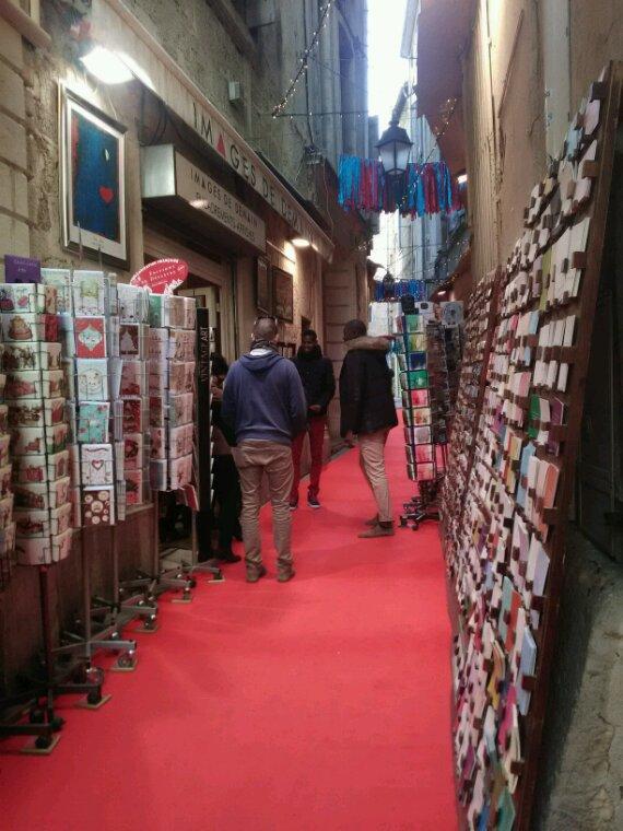 Pour vous....tapis rouge.....une petite rue de petits magasins qui ne vendent que des cartes, postales, de voeux, poemes....