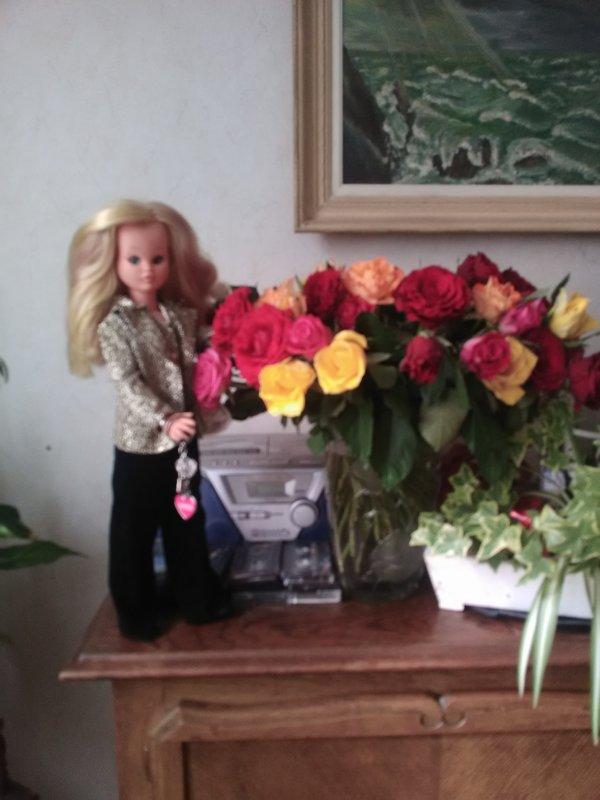 Marion pose à côté d un beau bouquet de roses .....