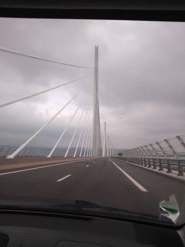Le magestueux et magnifique Viaduc de Millau, photo prise ce matin....