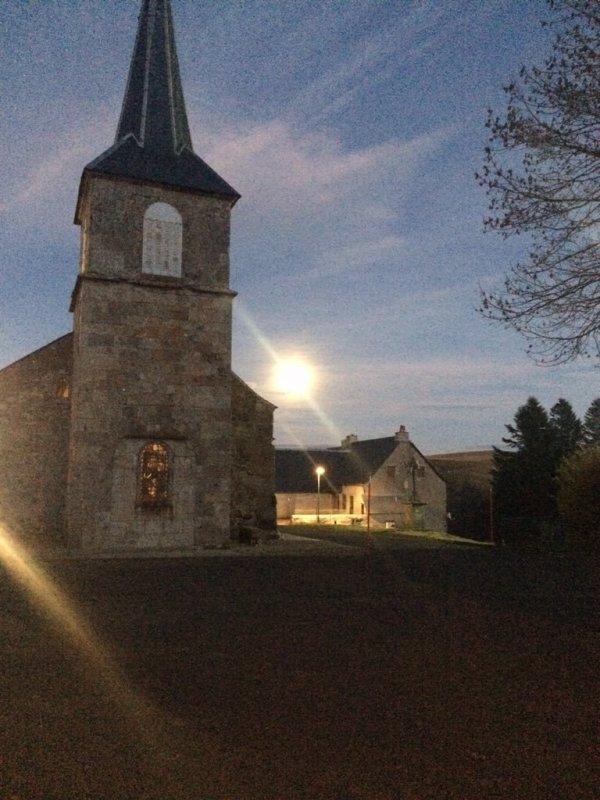 Toujours La Godivelle.Un beau rayon de soleil donnant sur l église.