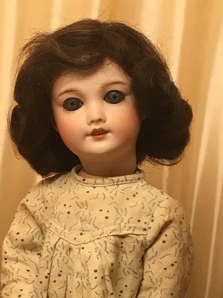 Adorable petite poupée, de 1925- 1930, entièrement d origine avec de grands yeux bleus et ses cheveux naturels.
