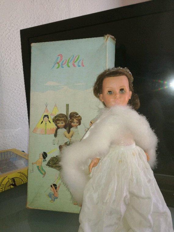 Très jolie poupée Bella en hommage du mariage se la Reine Fabiola en 1960,