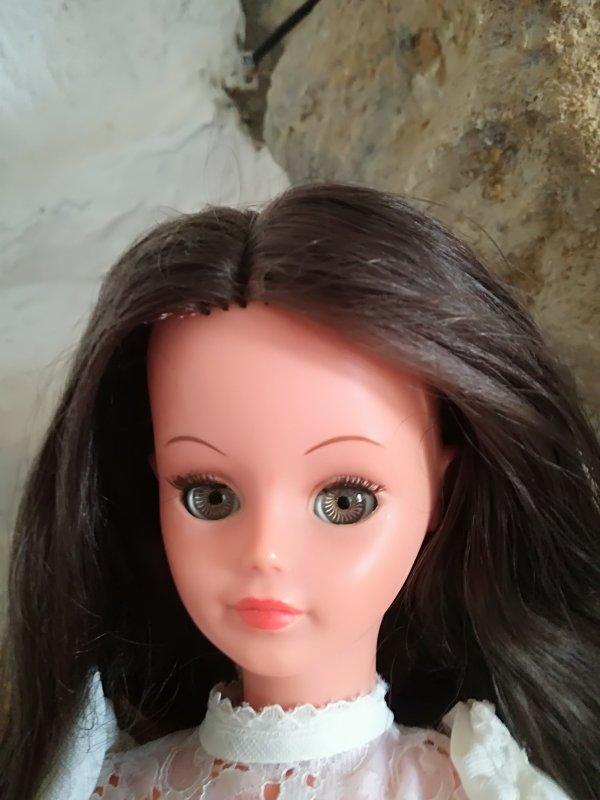 Cathy....oui mais chacune a sa particularité...le regard? La forme des yeux? La couleur des yeux, du maquillage? Ou bien elles sont toutes magiques, uniques....