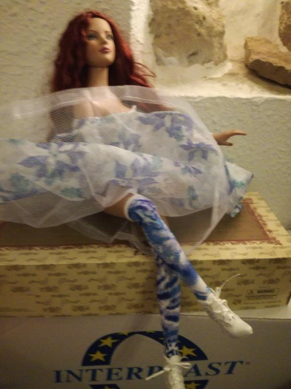 Oh oh...Miss American Model.....tu exagères un peu..«.non , non... », me  répond-elle,« je veux juste montrer mes jolis bas assortis à ma robe....».