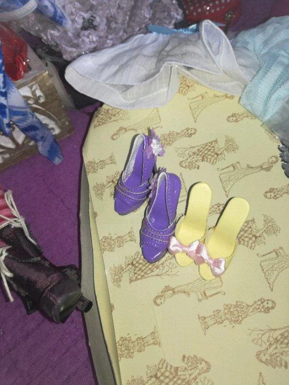 Et c est pas fini....une tenue assortie avec des collants tout leger, d un bleu clair.....des chaussures de différentes couleurs...