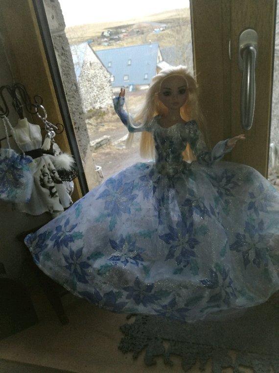 Une robe qui lui va à merveille....dessous tres chic.....