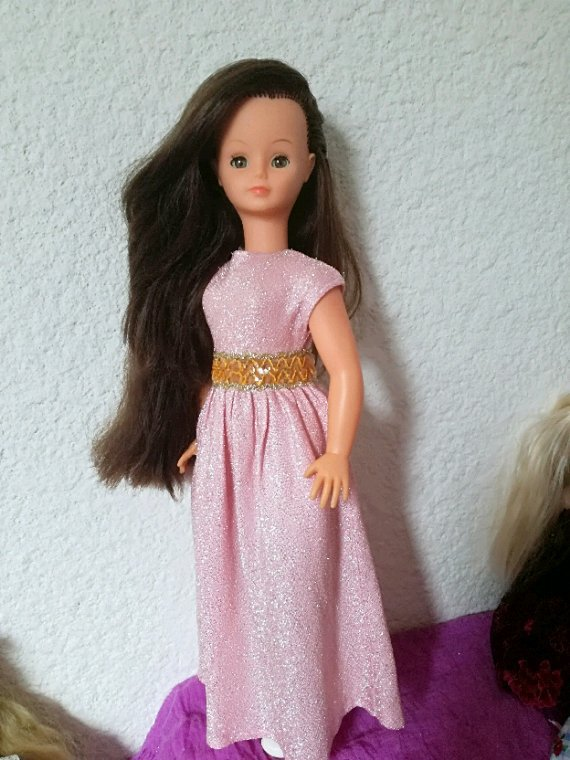 Autour de Cathy....avec sa robe « Versailles », elle a enfin enlevé son manteau....