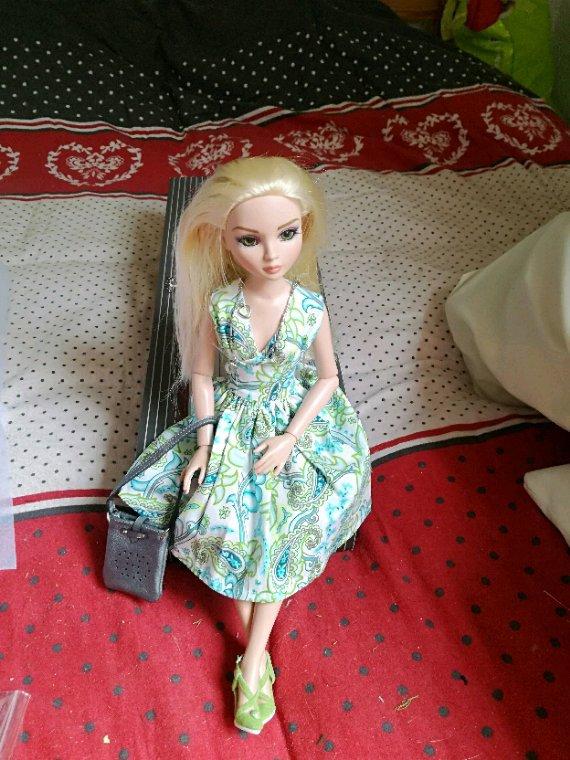 Ellowyne attend quelqu'un qui vient de très très loin....elle a choisi cette jolie tenue....mais viendra t il enfin....patience....