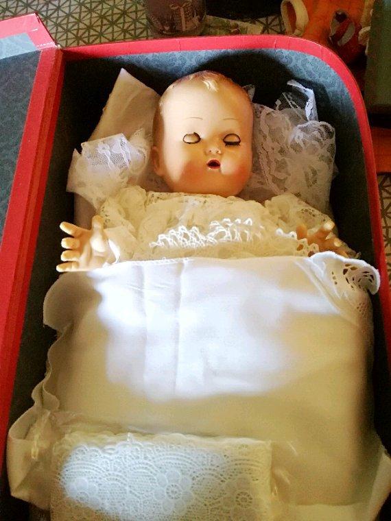 Bebe « dentelle » ,s endort au milieu de la précieuse dentelle....demain , elle repart à la recherche de beaux tissus de dentelle pour agrandir son musée...
