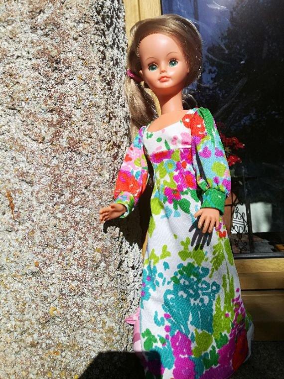 Voici la belle aux yeux verts....Dolly lui a prêté sa jolie robe.....