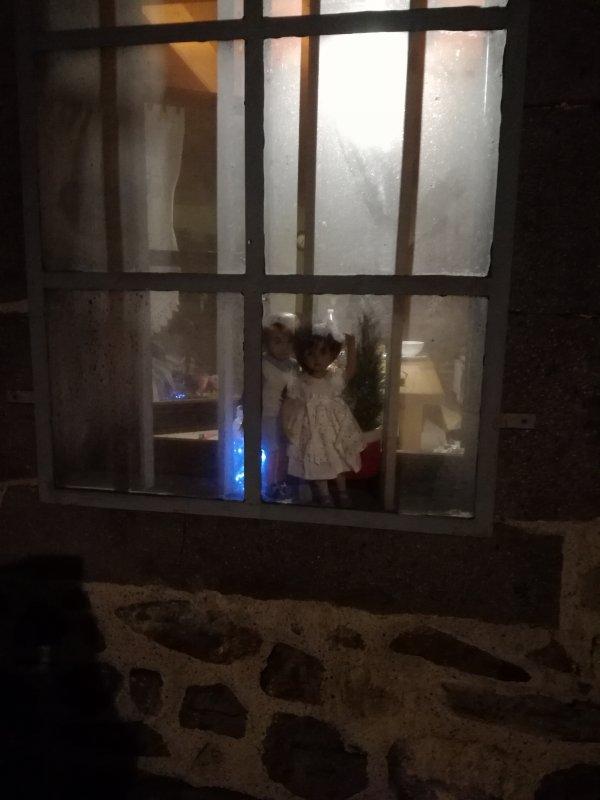 Annabelle et Noah....regardent par la fenêtre la neige qui tombe....