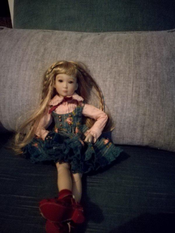 Yuma, adorable et tres fine petite poupée de 30 cm aux multiples facettes et poses...