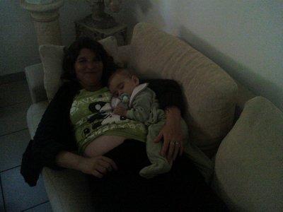 mon bébé dans les bras de sa mamie