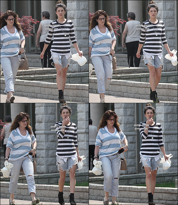. 28/05/12 : Shenae Grimes a été vue allant rendre visite à quelqu'un dans une maison de à Toronto (Canada)..