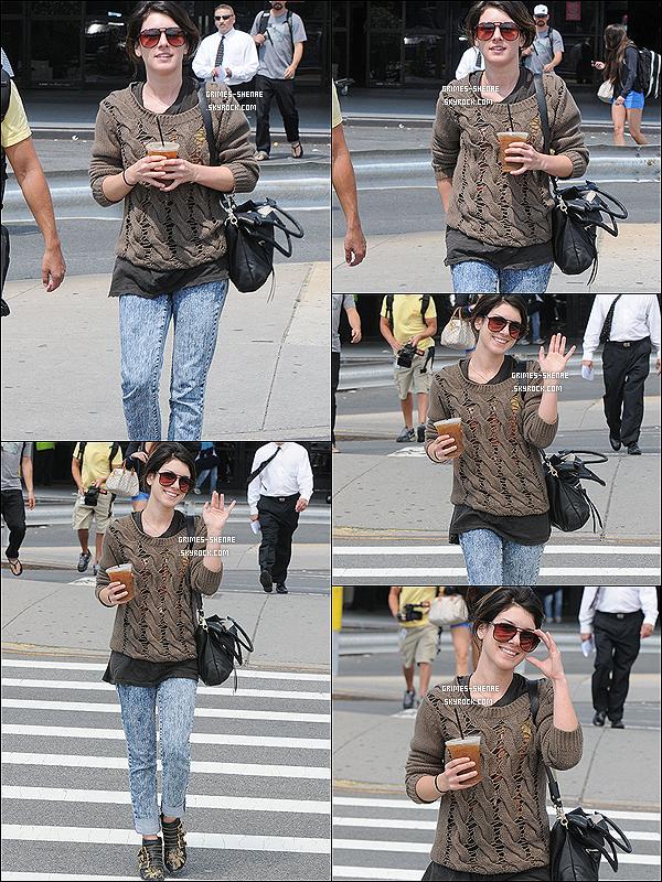 . Shenae a été vue au naturel arrivant à l'aeroport Laguardia à New York City, le 14 juin 2012..