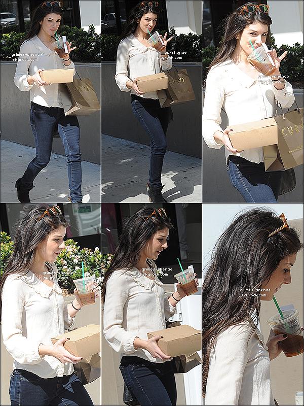 . 04/04/2012 :   Shenae Grimes a été vue, très souriante allant chercher son café dans Los Angeles..