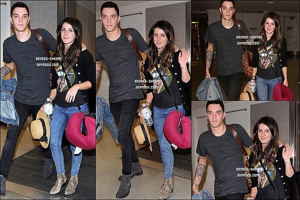 14/05/14 : Shenae Grimes et son cher mari Josh Beech ont été photographiés à « LAX Airport », Los Angeles.