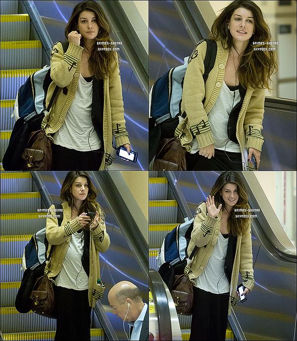 . 22/05/12 : Shenae, au naturelle, a été repérée arrivant à l'aéroport de « LAX » , à Los Angeles (Californie).    .