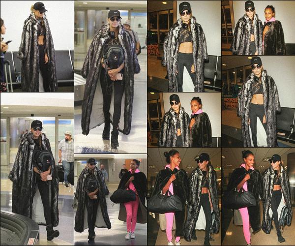 - 31.08.17 — Josephine a été vu a l'aéroport de Los Angeles avec sa meilleure amie Jasmine Tookes. Les fillesont été photographiées se rendant aBlack Rock au Nevada, pour le festivalBurning Man. J'aime bien le look de Jo, TOP !  -