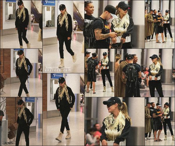 - 03.09.17 — On retrouve donc notre belle Josephine encore une fois a l'aéroport de LAX avec ses amis. Apres un week-end de repos entre amis et une petite escale a Los Angeles, Jojo est maintenant de retour a New York. TOP son look ! -