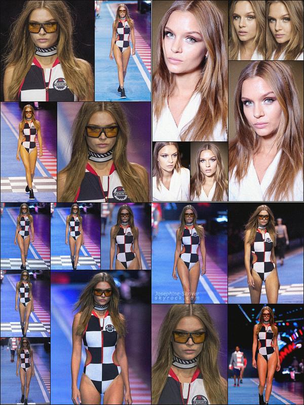 - 25.02.18—Josephine Skrivera défilé pour le styliste Tommy Hilfiger lors de la Fashion Week. Baby J s'est rendu à Milan et a participé au défilé de la collection de son amie Gigi Hadid sous le nom de «TommyxGIGI», qu'en pensez-vous ? -