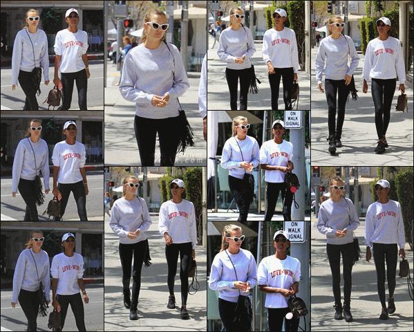 - 24.04.18 — Josephine ainsi que Jasmine Tookes ont été vu se rendant à un restaurant à Beverly Hills.  Les deux amies ont profité du beau soleil californien le temps d'un après-midi. Jo adopte comme à son habitude, un look décontracté, vous aimez ? -