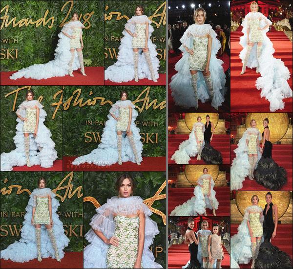 - 10/12/18.—. Josephine S. elle a foulé le tapis rouge des British Fashion Awards dans la ville de Londres, en Angleterre. Mon avis est assez mitigé envers la tenue de Jo, j'aime bien la robe mais je trouve que le tulle est de trop selon moi, qu'en pensez-vous ? -