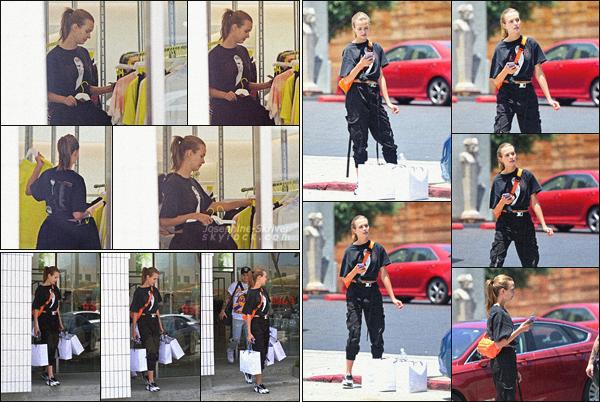 - 03/06/19.—. Journée shopping pour miss Skriver qui était accompagnée de son fiancé à West Hollywood, en Californie. -
