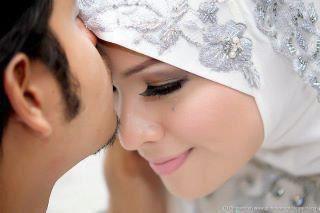 حبيبتك الحقيقية ♥ هي التى ♥  ♥ لا تنام حتى تطمئن بأنك في راحة ,  ♥ رغم قسوتك عليها تراك حبيبها ,  ♥ عندما تريد الرحيل لا تعبر لك سوى بدمعة من عينيها ,  ♥ عندما تغضب تصمت إحترامًا لك ,  ♥ ترى جميع الناس هموم وأنت السعادة ,  ♥ هى التى تبقي هادئة متأملة عينيك عندما تلقاك ,