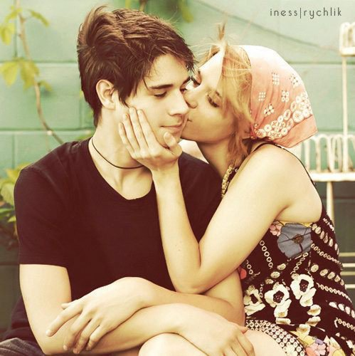 سألها : لم لست متزوِجة ؟؟ قالت له : أنا مازلت صغيرة . و أنت. . لِم لست متزوجاً ؟؟فاجابها بابتسامة ,,,,,,انتظرك حتى تكبرين