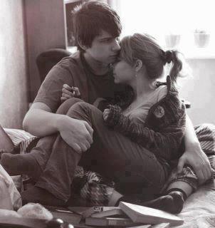 قـال لـهـا . . . لــو تعـلـمـيـن حيــن كنـتُ طفــلاً كـم تمنــيتُ أن ألقــاكِ . . .  فـقـالـت ضاحكـةً : يـالـكَ مـن مُحــتـال . . ... وهــل كنــتَ تعــرفُ الحب حـيـنـهـا؟ . . .  فـأجـابـهـا بل كــنتُ أجــيـدُ التــمـنــي .. .
