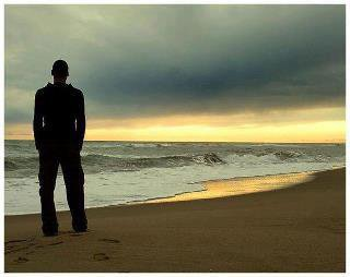 اتذكر حين التقت لك هذه الصورة وانت تنتظر غروب الشمس كان السؤال المطروح وانت تنظر الى البحر ماذا كنت تفكر ماذا كنت تتذكر هل هو مستقبلك ام ماظيك او الحاضر كانت اروع صور لك وانت تتامل السماء لم نكن نعلم ان الشخص الذي اتى الينا سيغير حياتنا وتكون الافضل ابتسامتك في وجه اعدائك احساسك بالوطن شعورك بالفقراء لم نكن ندري بالرومنسية التي تملكها وقلبك الكبير ... انت ستبقى الاخ والصديق والحبيب نعرفك انك اسد فعلت كل شئ لاجل البلاد اهتممت بالاخرين ولم تهتم بنفسك فكرت بالجميع ونسيت نفسك والمك  لم نعرف سر قوتك الا الان اخي هو الامل والحب نحن معك يا اخي مهما كانت ننتظرك بفارغ الصبر ابتسامتك ضحكتك نظرات عيونك حين نعاكسها يا صاحب الهعيون الانثاوية هيا يا حبيب قم ولا تدع المرض ينتصر عليك فطالما كنت المنتصر وطالما كنت الاسد نتمنى لك العودة الينا  فلا تتاخر  من عند احبائك =زكريا ..= خالد ...=جمال.=.سفيان=..منير.=.حسيبة.=.كامليا..=جوجو= حكيم= محمد= على= مالك= ميلود====  ابراهيم= بركات .=.رشيد كبابي = رمزي= حوحو= عبد القادر= وهناك الكثير يا وسيم ينتظرونك  ونتمنى  من الله ان يعطي اهلك الصبر وخاصة صديقتك وحبيبت عمرك وحياتك التي سمعنا عنها وعن اخلاصها  ووقوفها بجانبك في السراء والضراء ولحد الان لم تتخلى عنك لانك  نور عيونها  فهيا يا اخي هيا ايظا بانتظار ابنها واسدها