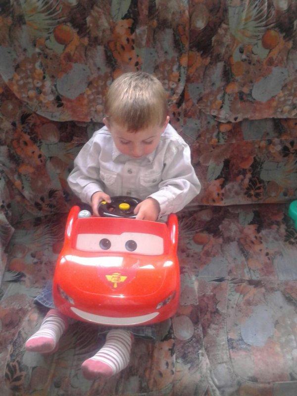 Mon loulou qui conduit sa voiture cars :)