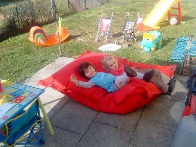 dehors avec ce beau temps!!ah ça fait du bien de pouvoir enfin profiter du jardin!!!