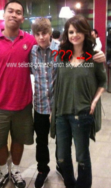 """Selena Gomez est décidément très pote avec Justin Bieber... Quelques jours après leur sortie à un match de football, les deux popstars sont allées déguster un yaourt glacé ensemble cette semaine .  Même si on sait que Justin Bieber et Selena Gomez s'entendent bien, on a été un peu surpris d'apercevoir la chanteuse dans les gradins d'un match de football au côté de Justin Bieber, vendredi dernier. Mais comme Jaden et Will Smith étaient également présents, on s'est dit que c'était juste une sortie entre amis. Sauf que Justin et Selena ont de nouveau organisé une sortie ce lundi...et rien que tous les deux  Oui, on sait, pas la peine d'en tirer des conclusions donc on ne dira rien! Simplement qu'ils sont allés déguster un yaourt glacé chez Menchies, à Hollywood, et qu'ils ont commandé la même chose  Justin aurait d'ailleurs déclaré à Ellen DeGeneres ce week-end :""""Elle est adorable. C'est un amour."""" Et une chose est sure, Justin a une véritable passion pour le yaourt glacé !!"""