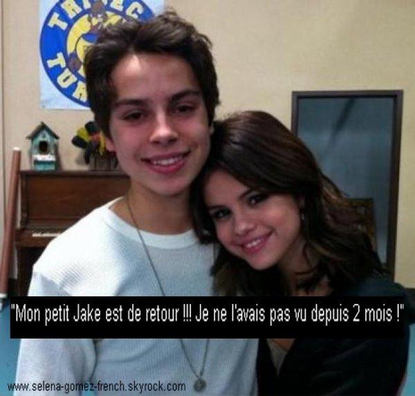 Selena a posté une photo personelle d'elle et de Jake T. Austin hier sur son Twitter.
