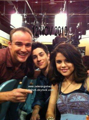 Selena a postée une nouvelle photo twitter pour souhaiter un joyeux anniversaire à David Deluise. La seconde a été postée par celui ci.