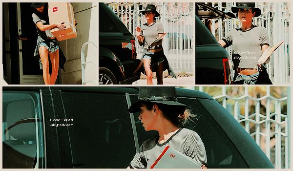 30.04.2014 - Nikki a été aperçue, carton en main, sortant d'un bureau de poste à Hollywood